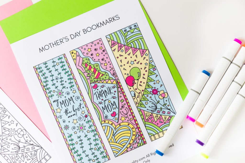 To celebrate this upcoming Mother's Day I designed these beautiful Coloring Mother's Day Bookmarks. Print them out, color them - or if you are not in the mood print the color version - and give them away to your mom, or any mom you know. Oh! and If you're one, don't forget to keep one for yourself.
